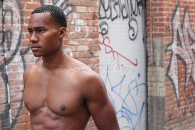 Profil des hübschen muskulösen männlichen Modells lizenzfreies stockfoto