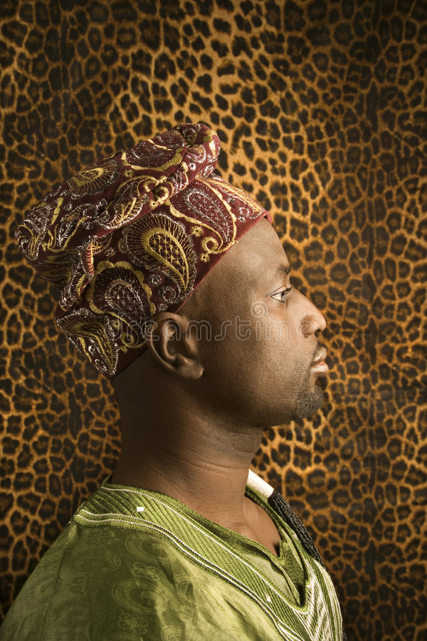 Profil des Mannes traditionelle afrikanische Kleidung tragend. stockbilder