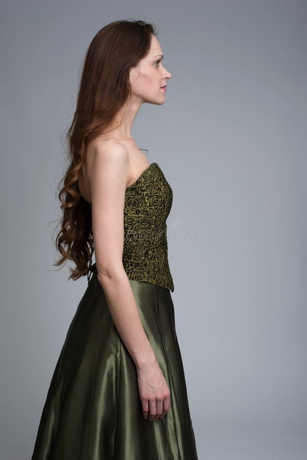 Profil des tragenden Kleides der Schönheitsfrau lizenzfreie stockfotos