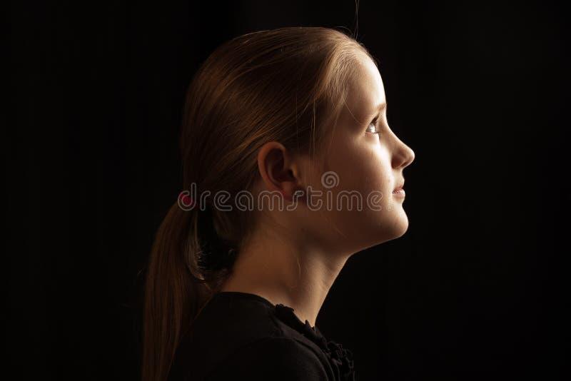 Profil dziewczyna patrzeje światło obraz stock
