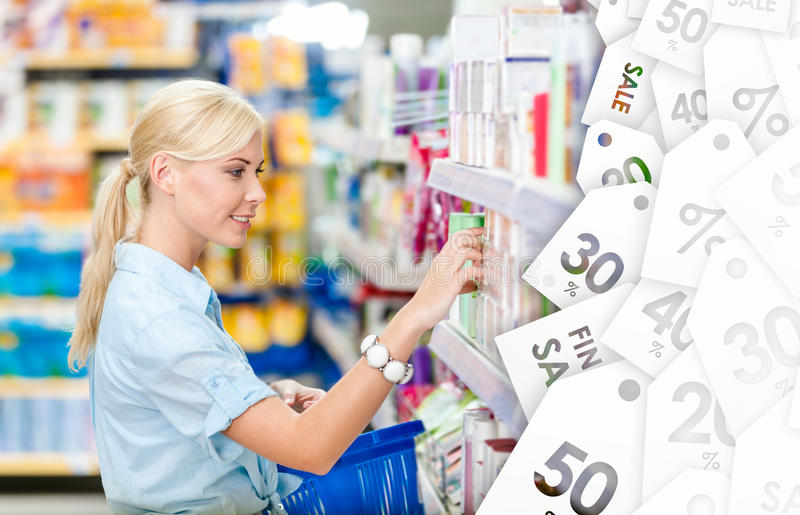 Profil dziewczyna wybiera kosmetyki przy sklepem Poremanentowa sprzedaż zdjęcia royalty free