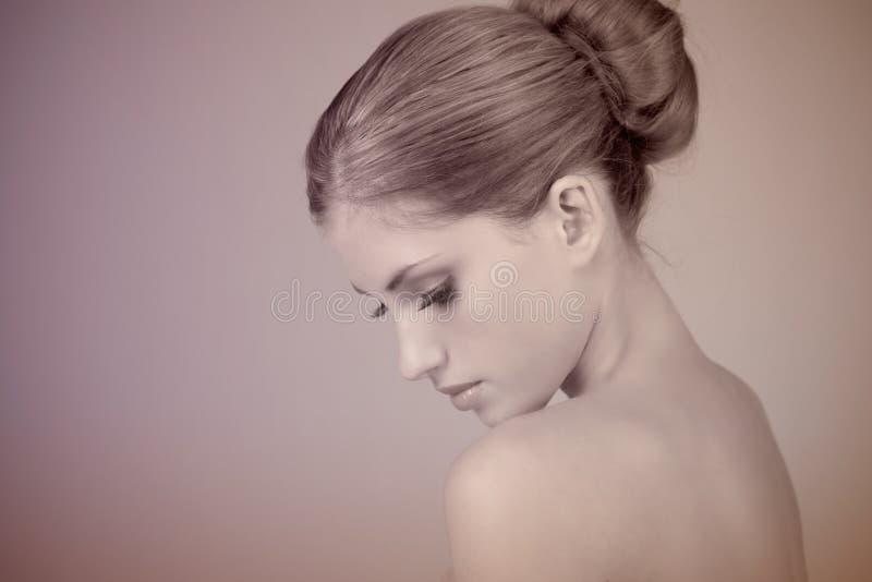 Profil einer schönen jungen Frau lizenzfreies stockfoto