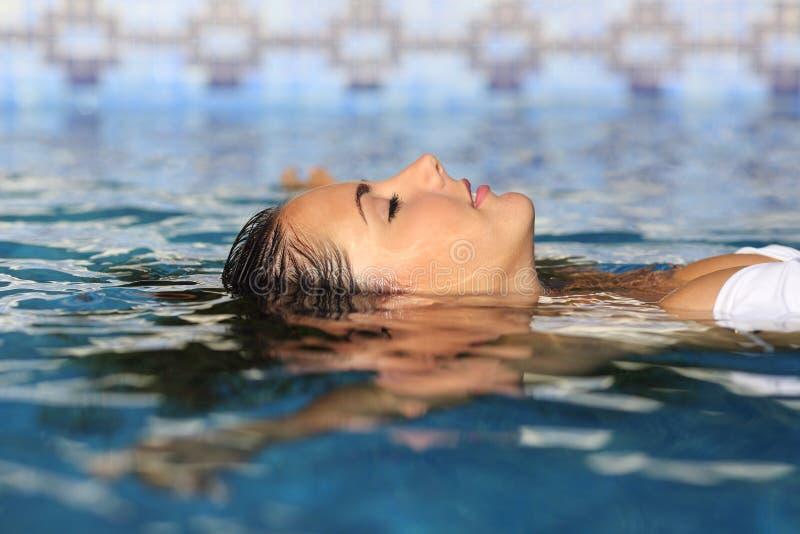 Profil einer Schönheit entspannte sich das Frauengesicht, das in Wasser schwimmt stockbild