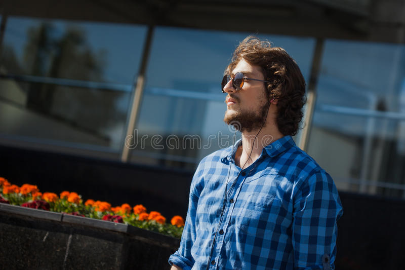 Profil eines bärtigen Kerls mit Sonnenbrille Porträt des jungen hübschen stilvollen Mannes auf der Straße lizenzfreies stockfoto