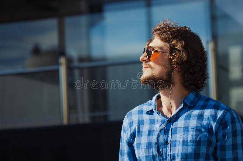 Profil eines bärtigen Kerls mit Sonnenbrille Porträt des jungen hübschen stilvollen Mannes auf der Straße stockbilder