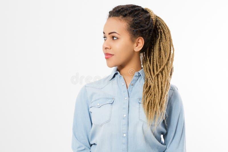 Profil för afrikansk amerikanflickaframsida i modekläder som isoleras på vit bakgrund Kvinnahipster med afro hårstil kopiera avst royaltyfria foton