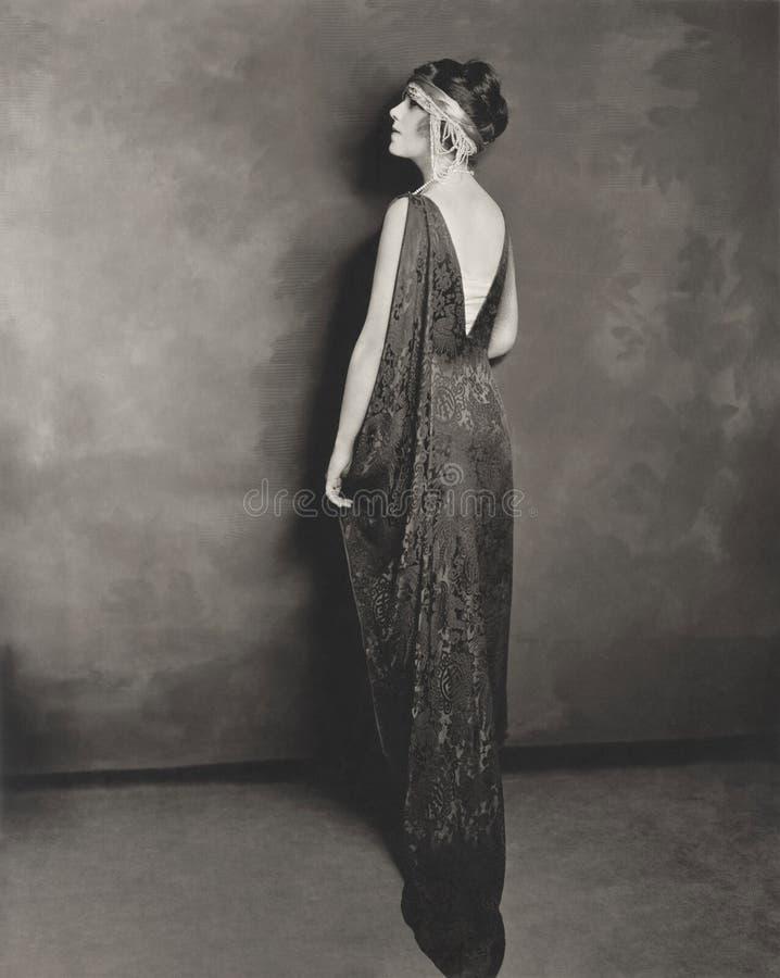 Profil intégral de jeune femme dans la robe de soirée images stock