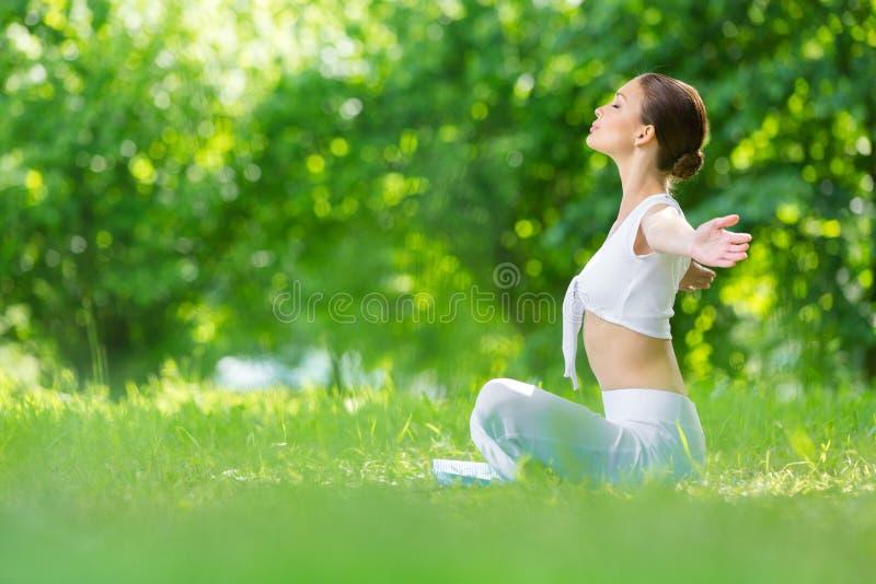 Profil kobieta w lotosowej pozyci z szeroko rozpościerać rękami zdjęcia royalty free