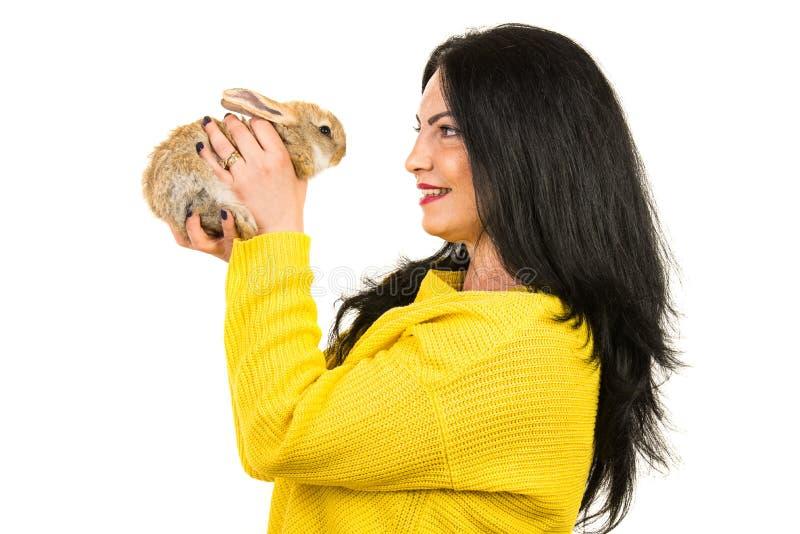 Profil kobiety mówienie z małym królikiem fotografia stock