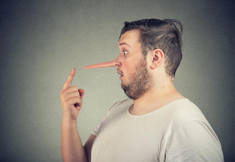 Profil latéral d'un homme choqué de menteur avec le long nez photographie stock