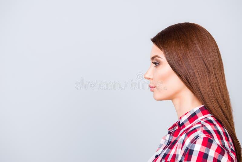 Profil latéral de jeune étudiante d'une chevelure brune de dame dans le cas à carreaux images libres de droits
