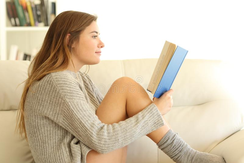 Profil nastoletni czytanie książka w domu obrazy royalty free