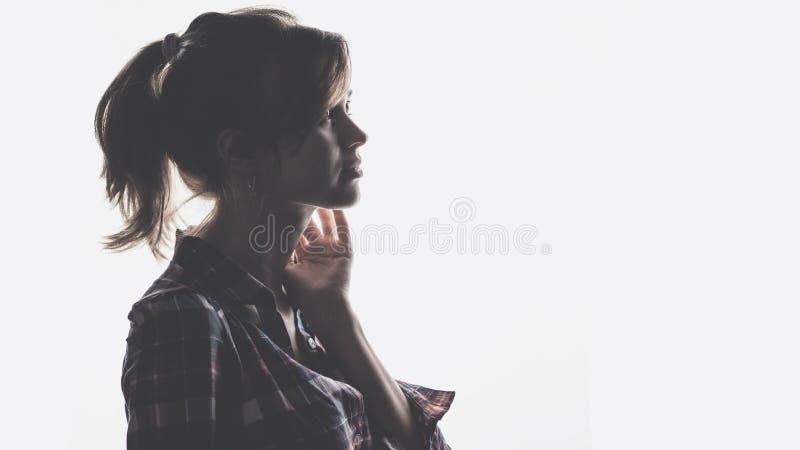 Profil noir et blanc de belle jeune fille photo libre de droits