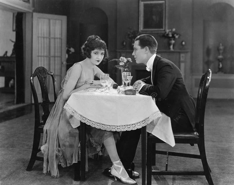 Profil pary obsiadanie przy stołem (Wszystkie persons przedstawiający no są długiego utrzymania i żadny nieruchomość istnieje Dos obrazy royalty free