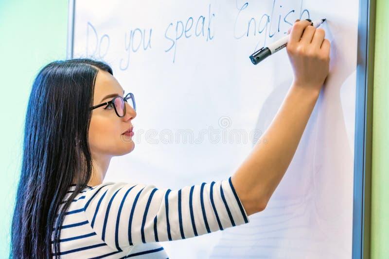 Profil piękna dziewczyna pisze słowach z szkłami ty mówisz angielszczyzny obrazy stock