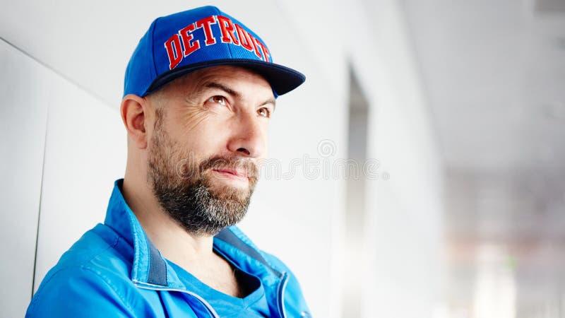 Profil przystojny mężczyzna jest ubranym nakrętkę fotografia stock