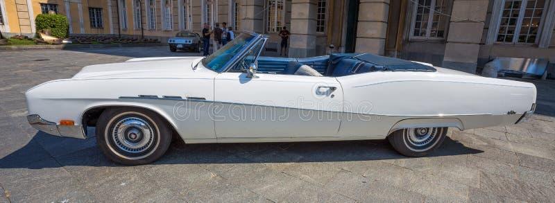 Profil samochód Amerykański biały samochodowy Buick zdjęcia stock