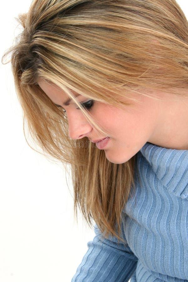 Profil-schöne Blondine, die unten schaut lizenzfreie stockfotografie