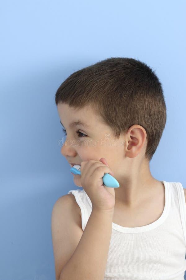 Profil szczęśliwy dziecko szczotkuje dojnego ząb fotografia stock