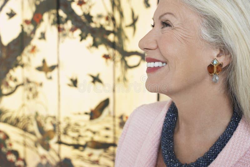 Profil Uśmiechnięta Starsza kobieta zdjęcie royalty free