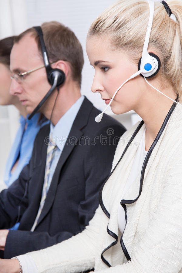 Profil von telesales oder von Informationsstellenteam, das mit Kopfhörer sich konzentriert lizenzfreies stockbild