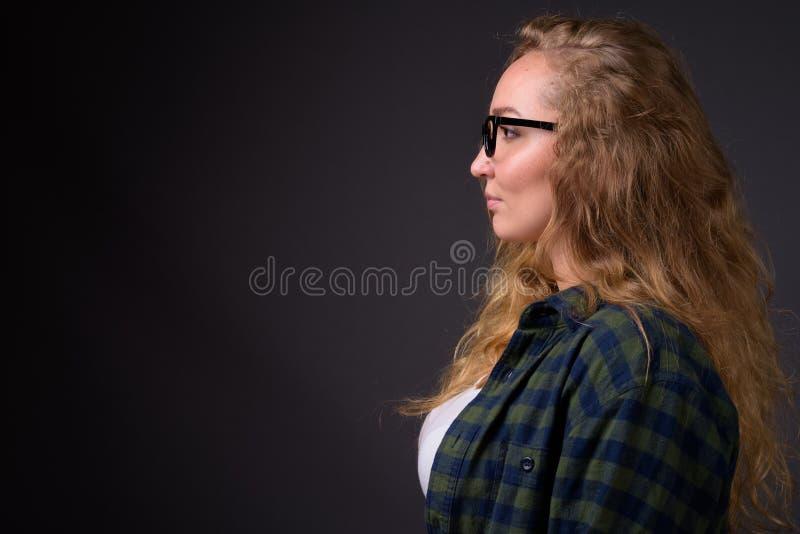 Profilansichtporträt der jungen Schönheit mit dem langen gewellten blonden Haar lizenzfreies stockbild