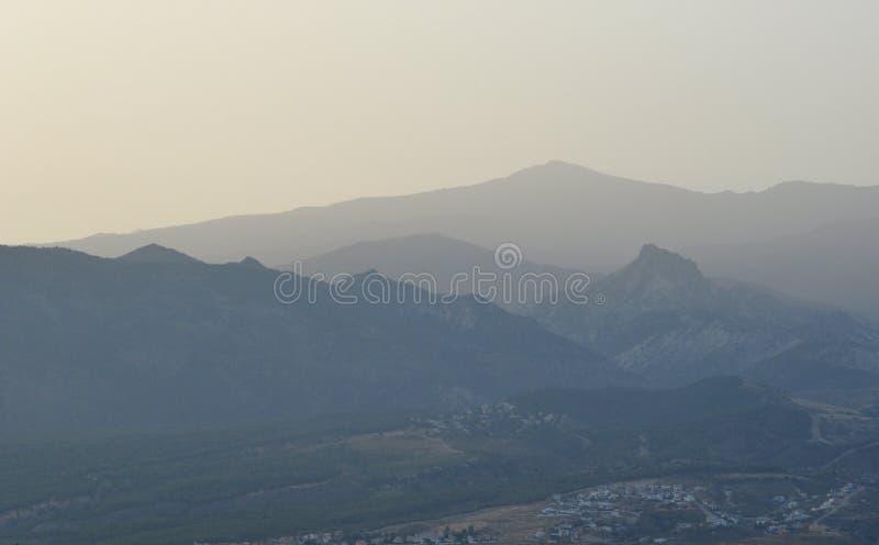 Profile von Bergen an der Dämmerung stockfoto