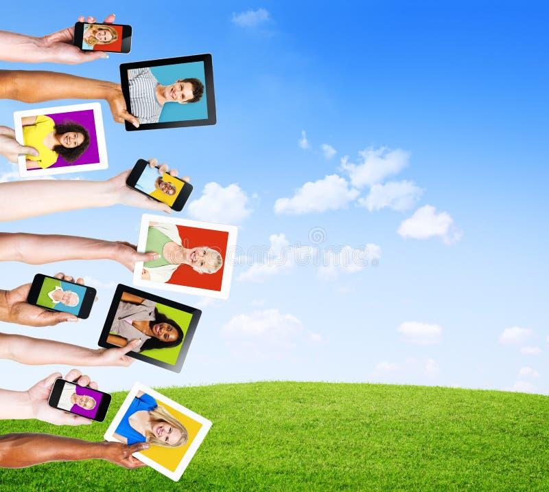 Profile von Leuten in den elektronischen Geräten für Social Media stockfotos