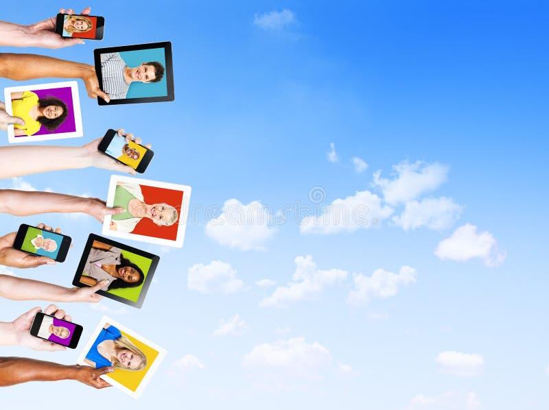 Profile von multiethnischen Leuten in den elektronischen Geräten stockfoto