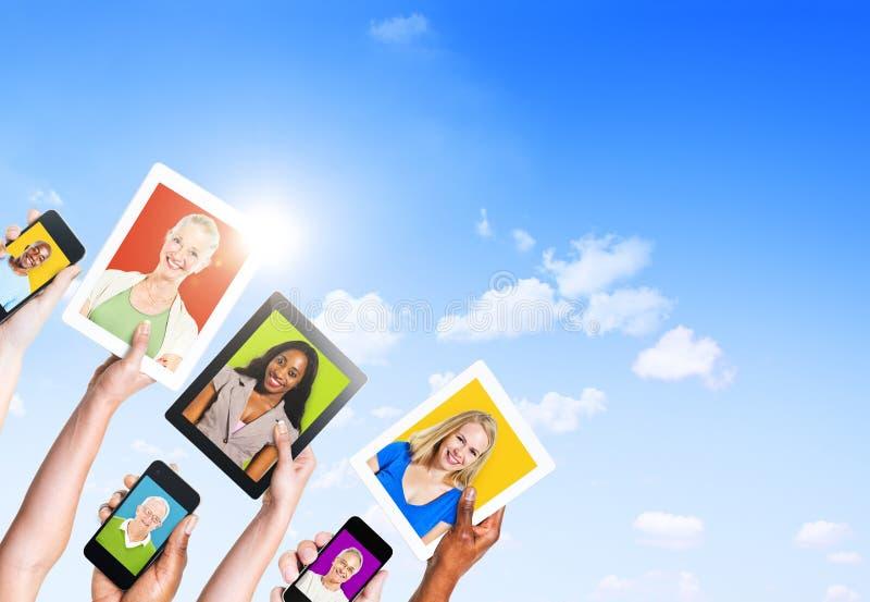 Profile von multiethnischen Leuten in den elektronischen Geräten lizenzfreies stockbild