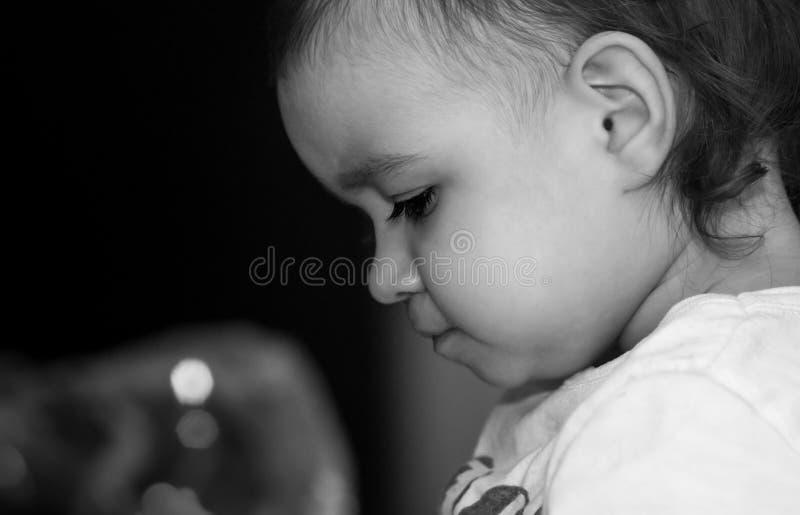 Profilen av behandla som ett barn flickan royaltyfria bilder