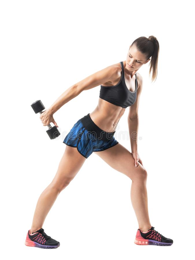 Profilen av den idrotts- kvinnlign för krökningpassformen som gör triceps, övar i fördjupad position arkivfoto