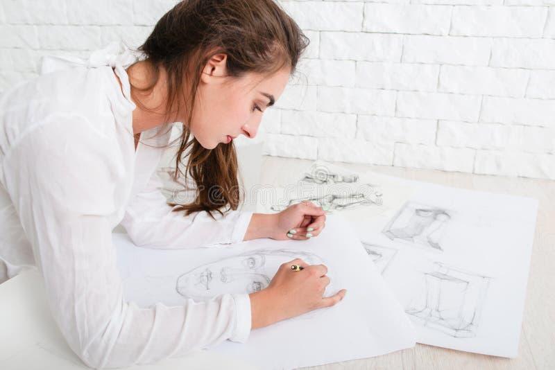 Profilen av den kvinnliga konstnärteckningen skissar arkivfoto