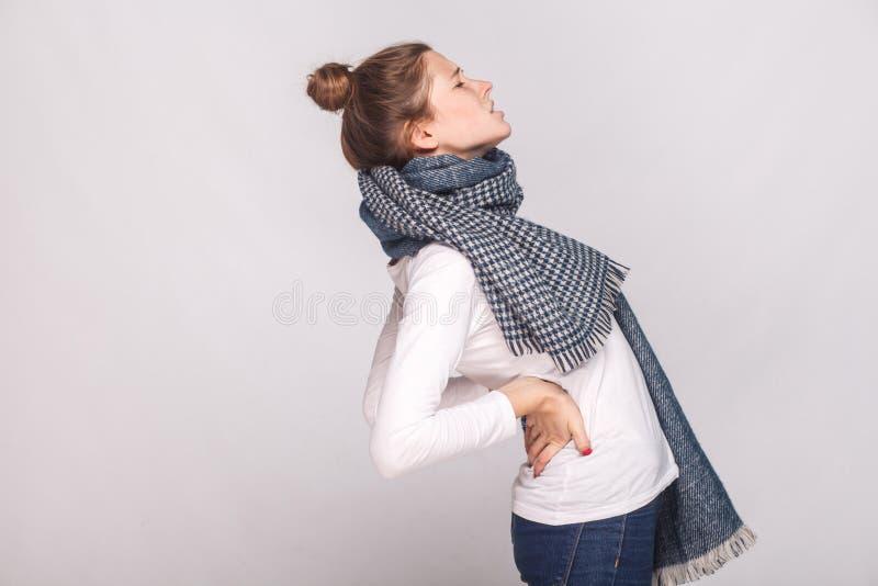 Profilera den sjuka kvinnan för sikten som gör ont baksidan eller njurna arkivbilder