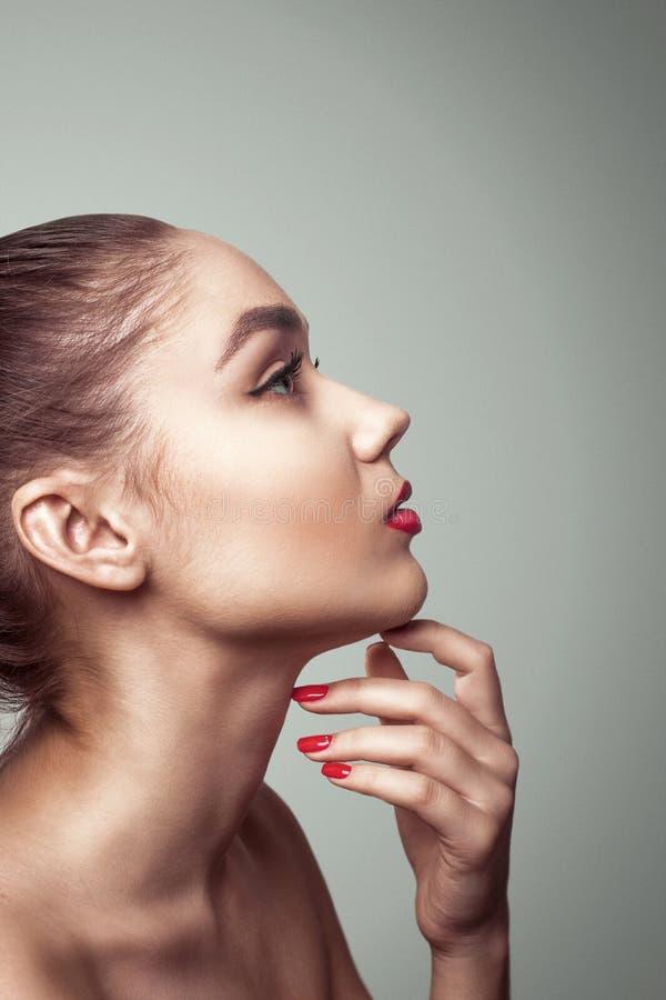Profilera glamourståenden av en härlig ung kvinna royaltyfri foto