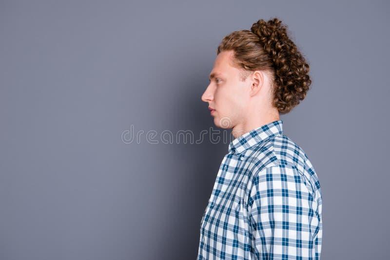 Profilera sidosikten av den nöjda unga mannen med krabbt hår i tillfälligt royaltyfria bilder