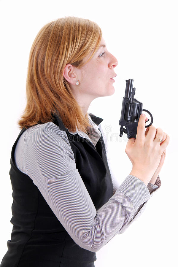 Profilera sikten av den unga kvinnan som rymmer ett pistolvapen royaltyfri bild
