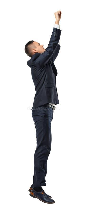 Profilera ståenden av den hängande affärsmannen grep något, isolerat på vit bakgrund royaltyfria bilder