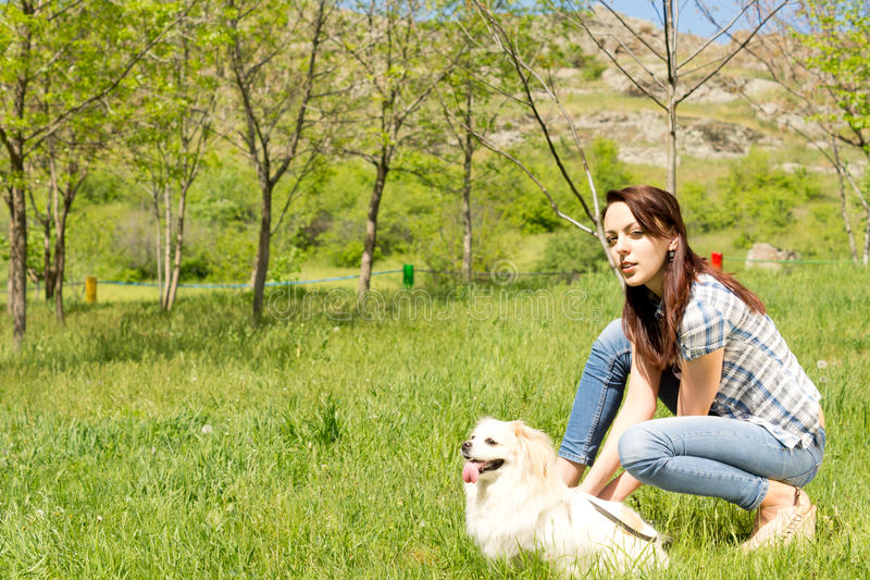 Profilera ståenden av en kvinna och hennes hund royaltyfri foto