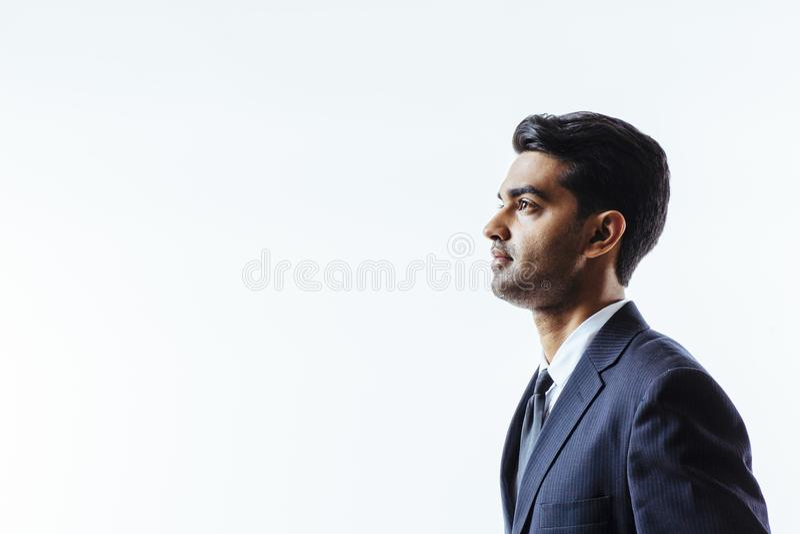 Profilera ståenden av en stilig man i dräkt royaltyfria bilder