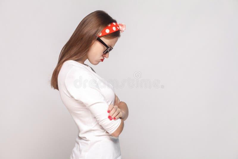 Profilez la vue de côté de la jeune femme émotive triste malheureuse dans le blanc photos stock