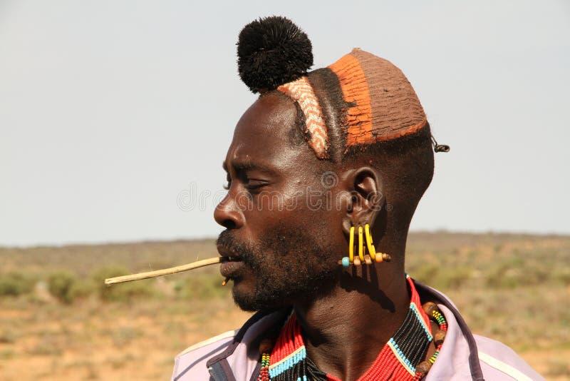 Profilez le portrait d'un jeune mâle de l'appartenance ethnique de hamer dans Turmi image libre de droits
