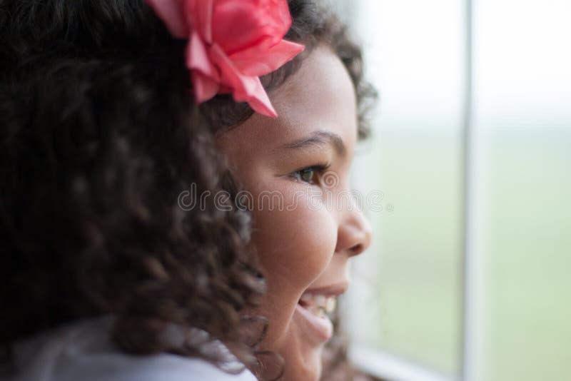 Enfant heureux regardant dehors la fenêtre photographie stock