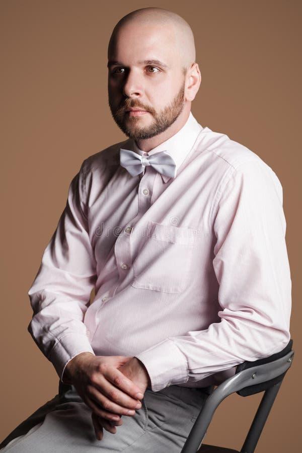 Profilez le portrait de vue de côté de l'homme chauve barbu bel dans la lumière photographie stock