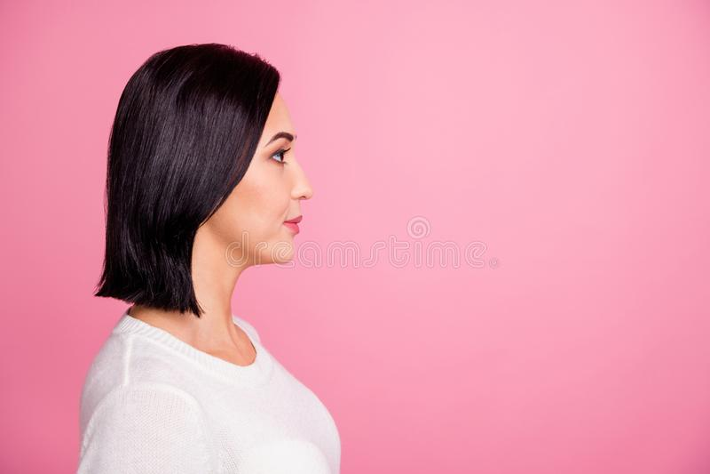 Profilfoto von bezaubernden Geschäftsleuten, die einen leeren Platz aussehen, zuhören Chef bereit für Aufgaben tragen weißen Pull lizenzfreie stockfotos