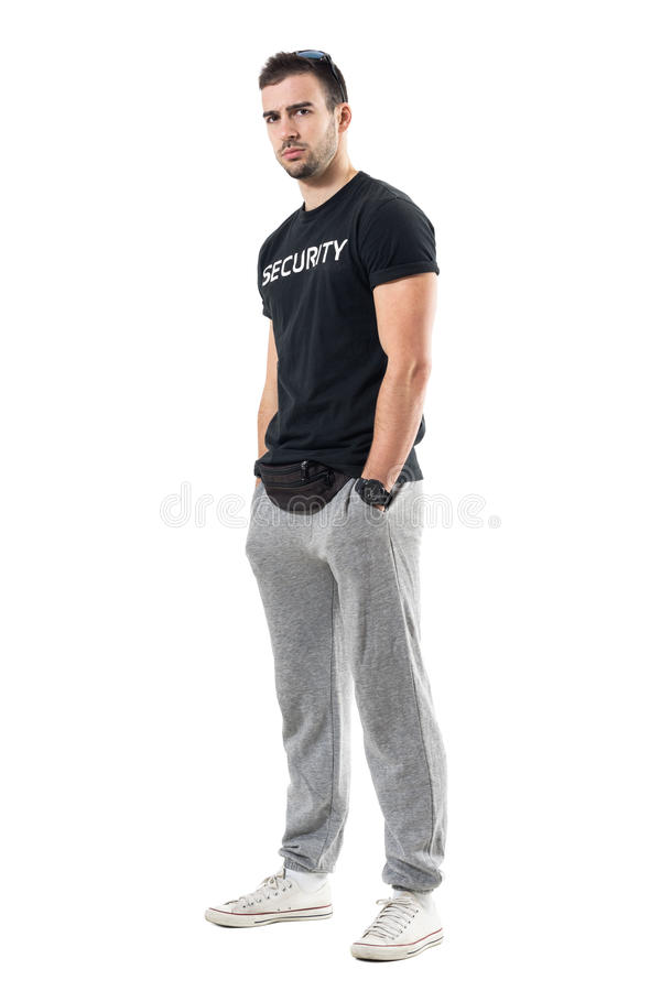 Profili il punto di vista dei buttafuori o della guardia del corpo muscolari seri che esaminano scettico la macchina fotografica fotografia stock