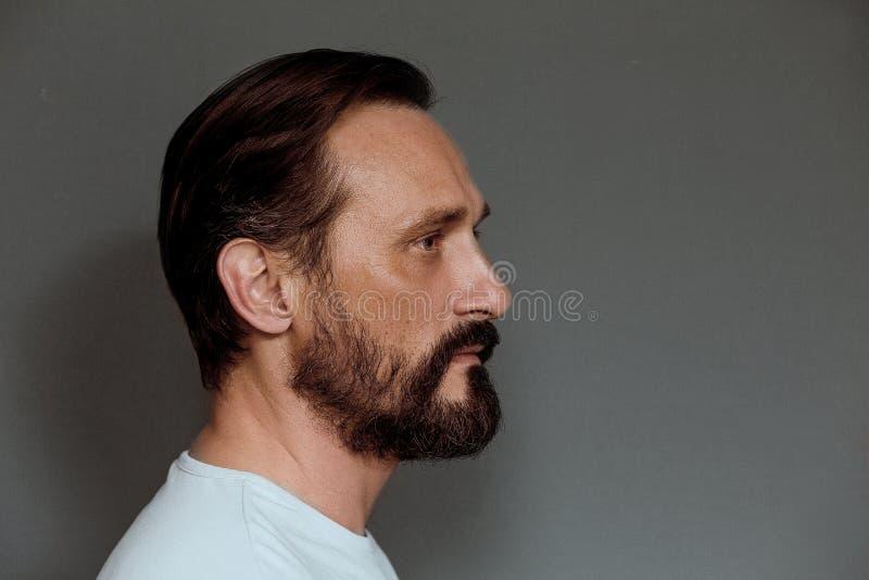 Profili il punto di vista di metà di uomo invecchiato in studio immagine stock