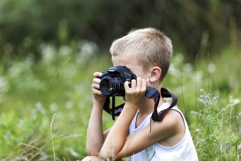 Profili il ritratto del primo piano di giovane ragazzo bello sveglio biondo del bambino fotografie stock