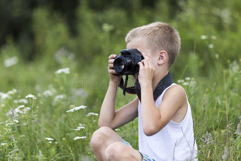 Profili il ritratto del primo piano di giovane ragazzo bello sveglio biondo del bambino immagini stock