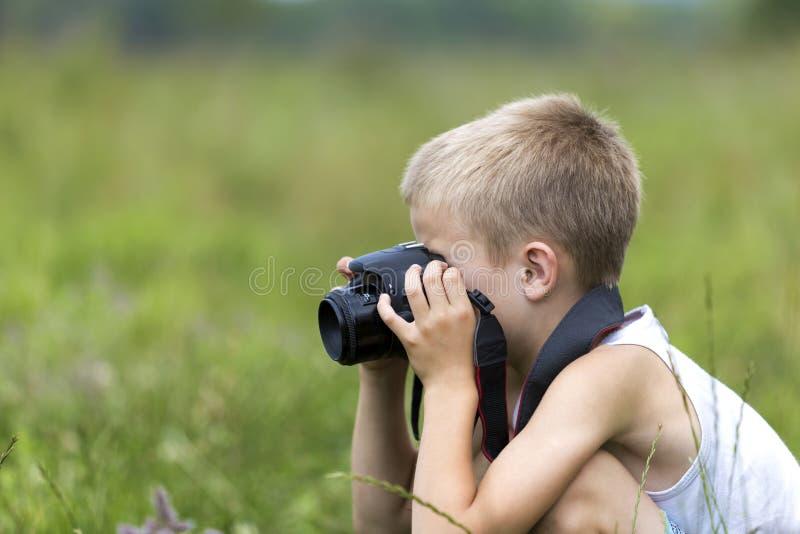 Profili il ritratto del primo piano di giovane ragazzo bello sveglio biondo del bambino fotografia stock libera da diritti